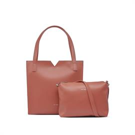A Pixie Mood favourite season after season. This classic tote features a top zip closure, slip pocket and colour contrasting interior!